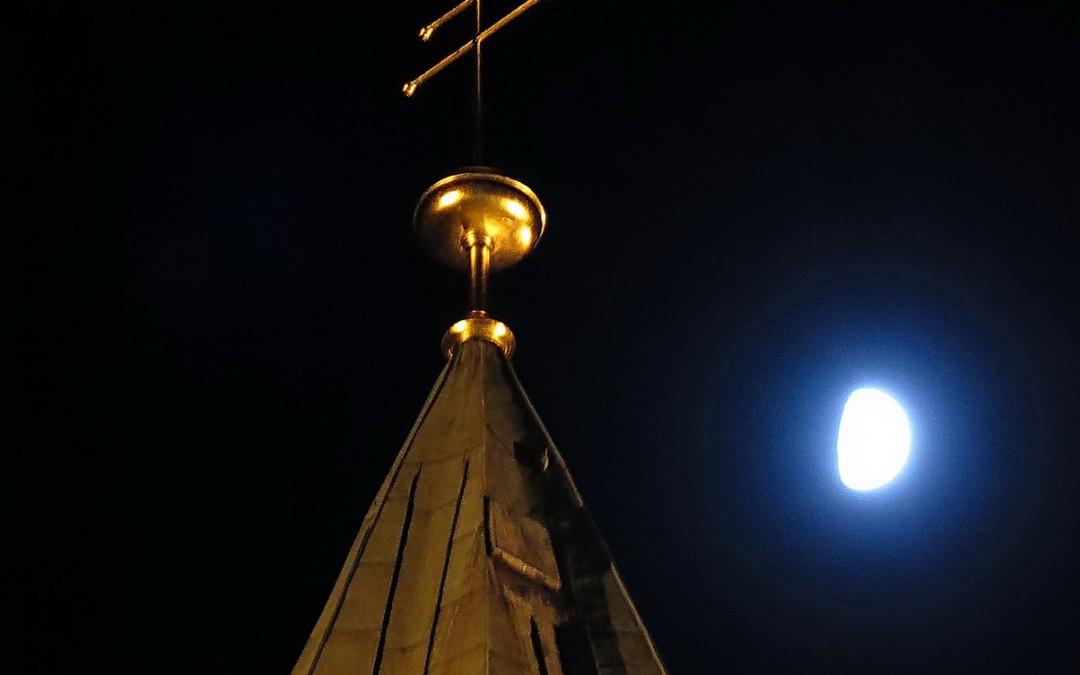 Turmkreuz der Ludgerusbasilika in Essen Werden neu montiert